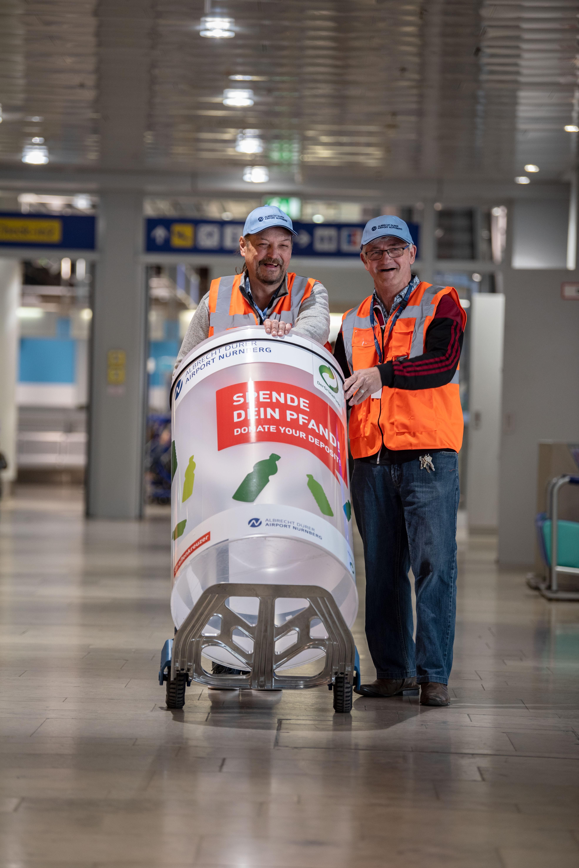 Flughafen Nuernberg, Pfandflaschenspende Am Flughafen Nuernberg wird ein Spendensystem fuer Pfandflaschen installiert. Teilnehmer sind der Strassenkreuzer, Grüner Punkt und Flughafen Nuernberg  Foto: Anja Hinterberger  14.05.2019 Flughafen Nuernberg fuer Strassenkreuzer